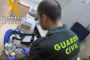 Sorprendidos con un kilo de hachís y dos bolsitas de cocaína en un control de la Guardia Civil en la A-7