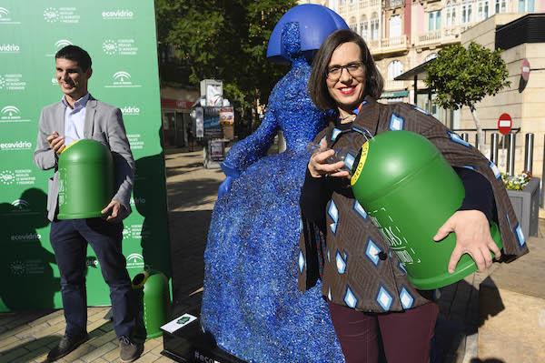 Margarita Cobos junto a una de las 'ecomeninas'