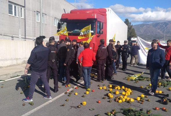 agricultores impiden salida camiones puerto1
