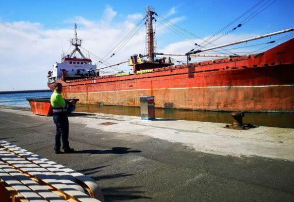 El buque Adam K abandona el puerto de Almería después de más de dos año