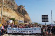 Más de un millar de personas recuerdan en la calle que Aguadulce existe y piden soluciones a los atascos