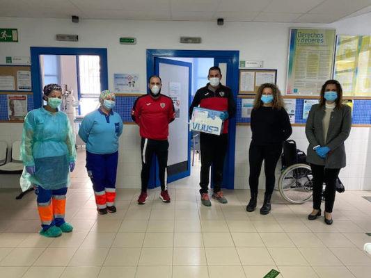El Atlético Benahadux ha hecho entrega de gel hidroalcohólico al centro de salud