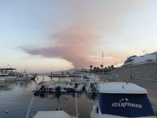 Columna humo fuego Sierra Cabrera