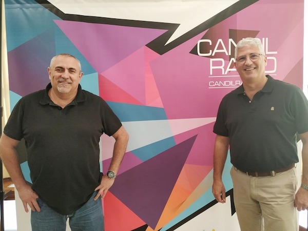 El alcalde, Ismael Torres, junto al director de Candil Radio, Juancho González