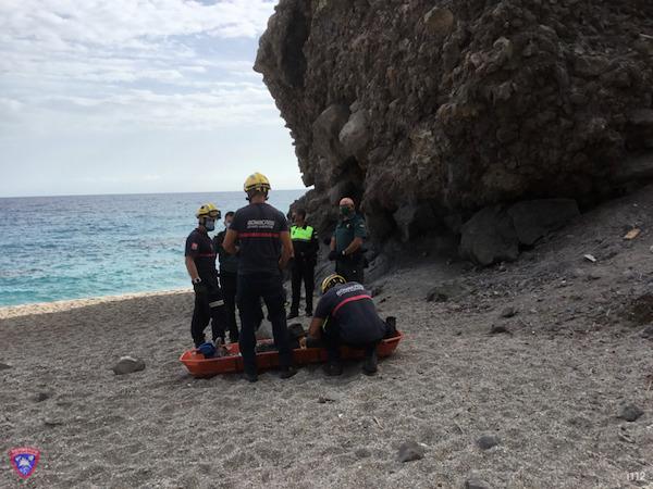 Bomberos del Levante acceden a la playa de Carboneras y rescatan al senderista herido