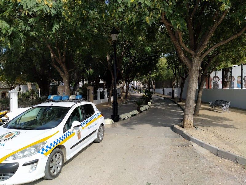 Policía Local en el cementerio municipal