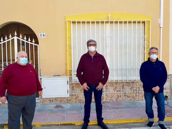 Alcalde de Pechina flanqueado por dos médicos jubilados del comité de crisis