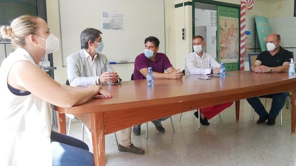Visita delegado Educación nuevos ciclos formativos IES Virgen del...