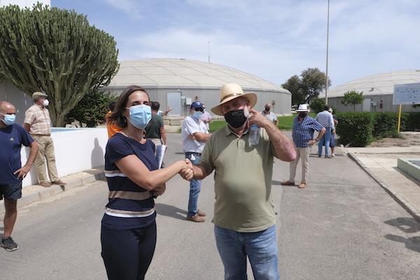 El Ayuntamiento empieza a dar agua desalada a los regantes tras la firma de un convenio con CGUAL